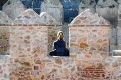 Kobieta podczas jej wizyty ściany Avila, Hiszpania Zdjęcia Stock