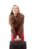Kobieta podnosi ciężką walizkę Obrazy Stock