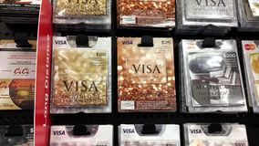 Kobieta podnosi dwadzieścia pięć dolarów wiza prezenta karty zbiory wideo