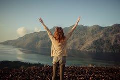 Kobieta podnosi jej ręki na górze góry Obraz Royalty Free