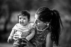 Kobieta podnosi uroczego dziecka Zdjęcia Stock