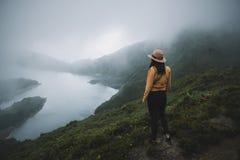 Kobieta podróżnik w Azores obrazy stock