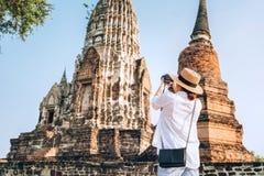 Kobieta podróżnik bierze phoot atcient Wata Chaiwatthanaram Buddyjska świątynia w mieście Ayutthaya Dziejowy park, Tajlandia fotografia royalty free