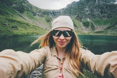 Kobieta podróżnik bierze selfie wycieczkuje w górach Podróżuje styl życia przygodę zdjęcie stock