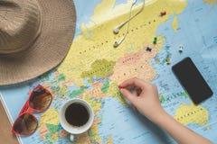Kobieta podróżnik planuje wycieczkę turysyczną Obrazy Royalty Free