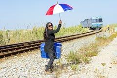 Kobieta podróżnik przy przelotnym pociągiem Zdjęcia Royalty Free