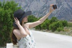 Kobieta podróżnik robi jaźni w tło widoku pięknej naturalnej górze na wyspie Crete Pojęcie - turystyka, podróż, p Obraz Royalty Free