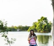 Kobieta podróżnik używa cyfrowych przyrząda obrazy stock