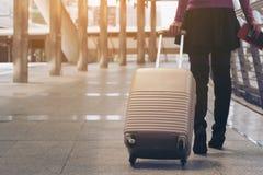 Kobieta podróżnik w lotniskowym przejściu samochodowej miasta pojęcia Dublin mapy mała podróż obraz stock