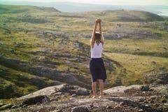 Kobieta podróżnik w Północnych górach Zdjęcie Stock