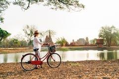 Kobieta podróżnik wczesnego poranku bicykl spacer blisko antycznych ruin Ayutthaya, Tajlandia zdjęcie royalty free