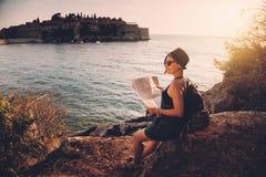 Kobieta podróżnik z mapą z mapą blisko morza Obrazy Royalty Free