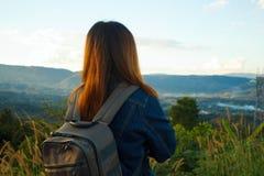 Kobieta podróżnik z plecaka przyglądającym widokiem Fotografia Royalty Free