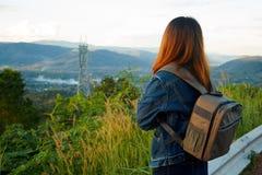 Kobieta podróżnik z plecaka przyglądającym widokiem Fotografia Stock