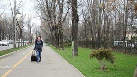 Kobieta podróżnik z walizką zdjęcie wideo