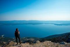 Kobieta podróżuje na wyspa wierzchołku Zdjęcia Royalty Free