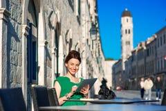 Kobieta podróżuje w Dubrovnik mieście fotografia stock