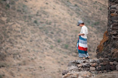 Kobieta podróżuje w górach, iść naprzód wzrosty Fotografia Stock