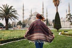 Kobieta podróżuje w Istanbuł blisko Aya Sofia meczetu, Turcja zdjęcie royalty free