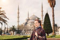 Kobieta podróżuje w Istanbuł blisko Aya Sofia meczetu, Turcja fotografia royalty free
