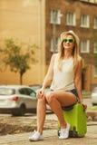 Kobieta podróżnik siedzi na walizki czekaniu dla samochodu Zdjęcia Royalty Free