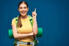 Kobieta podróżnik wskazuje palec z plecakiem Obrazy Royalty Free