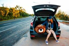 Kobieta podróżnika obsiadanie na hatchback samochodzie Obraz Stock
