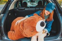 Kobieta podróżnika obsiadanie na hatchback samochodzie Fotografia Royalty Free