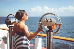 Kobieta podróżuje na statku wycieczkowym zdjęcie royalty free