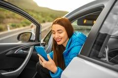 Kobieta podróżuje samochodem na halnej drodze Obraz Stock