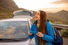 Kobieta podróżuje samochodem na halnej drodze Obrazy Royalty Free