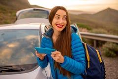 Kobieta podróżuje samochodem na halnej drodze Fotografia Stock