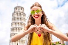 Kobieta podróżuje w Pisa starym miasteczku Zdjęcie Stock