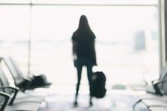 Kobieta podr??nik z plecakiem przy lotniskiem obraz royalty free