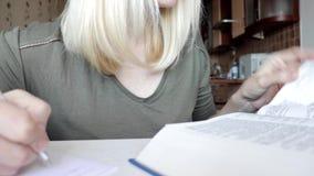 Kobieta podrzuca przez du?ej ksi??ki i pisze za niekt?re ewidencyjnym, s?ownik, robi? notatkom, edukacji i ucznia,