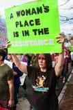 Kobieta Podtrzymywał Szyldowego odprowadzenie W Atutowym marszu protestacyjnym Obraz Royalty Free