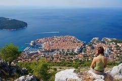 Kobieta podziwia Dubrovnik Zdjęcia Royalty Free