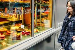Kobieta podziwia Francuskiego słodkiego ciasta jedzenie Zdjęcia Royalty Free