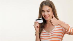 Kobieta pokazuje aprobaty z kredytową kartą zbiory