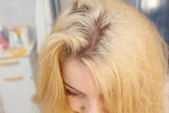 Kobieta pokazuje blondynka w?osy korzenie fotografia royalty free