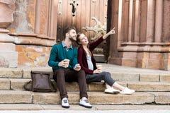 kobieta pokazuje coś mąż obrazy royalty free