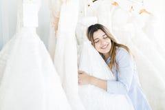 Kobieta Pokazuje Contentment Po Wybierać Jej Bridal togę obraz royalty free