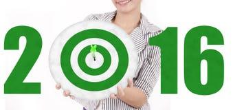 Kobieta pokazuje dartboard z liczbami 2016 Fotografia Royalty Free