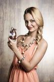 Kobieta pokazuje Easter faszerującego królika Zdjęcie Royalty Free