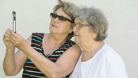 Kobieta pokazuje fotografię stara kobieta używa smartphone zbiory wideo