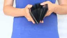 Kobieta pokazuje jej pustego portfel bankructwo Bankructwo - osoba trzyma pustego portfel bizneswoman trzyma patrzeć zbiory