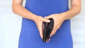 Kobieta pokazuje jej pustego portfel bankructwo Bankructwo - osoba trzyma pustego portfel bizneswoman trzyma patrzeć zbiory wideo