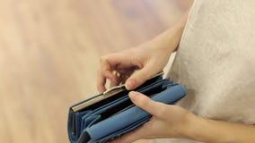 Kobieta pokazuje jej pustego portfel bankructwo Bankructwo - osoba trzyma pustego portfel bizneswoman trzyma patrzeć zdjęcie wideo