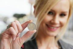 Kobieta Pokazuje monetę przy kamerą Zdjęcie Stock