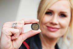 Kobieta Pokazuje monetę przy kamerą Zdjęcie Royalty Free